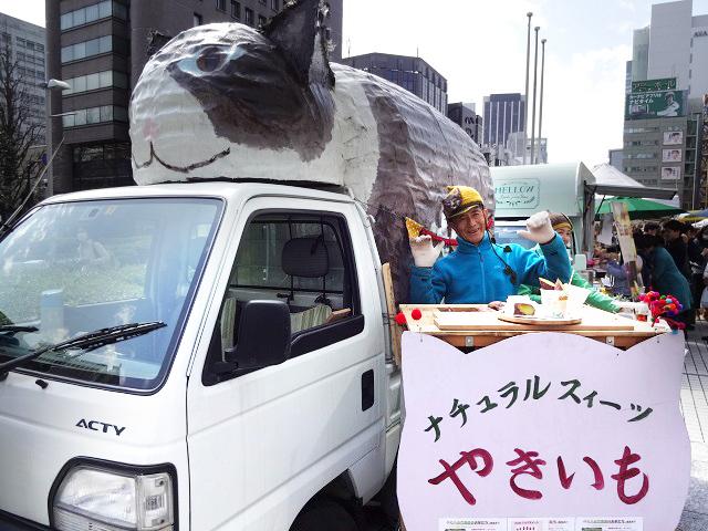 移動販売車の猫トラ(ラペ号)と根岸喜久夫さん