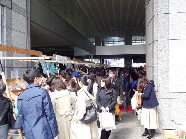 会場入口はたくさんの人でいっぱい!